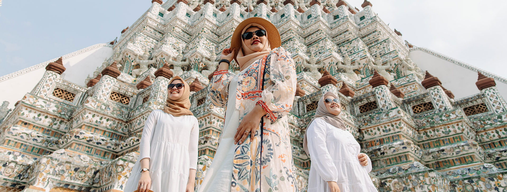 girls vacation in wat arun bangkok cover