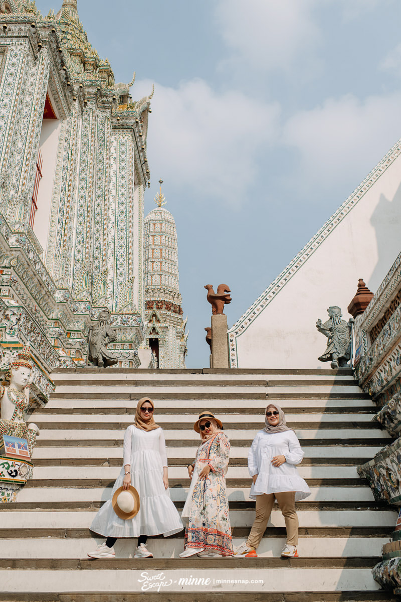 Girls Vacation in Wat Arun, Bangkok Thailand